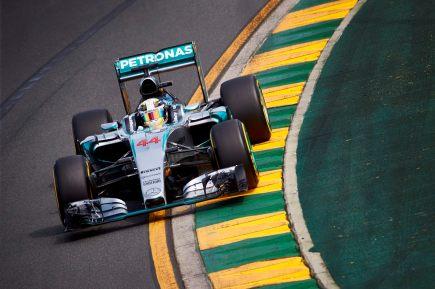 Lewis Hamilton larga na frente na Austrália